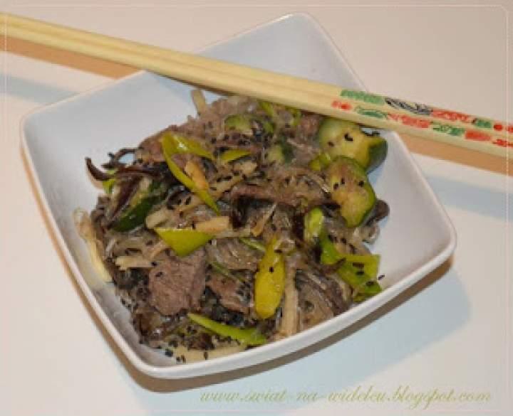 Wołowina z makaronem ryżowym i zielonymi warzywami