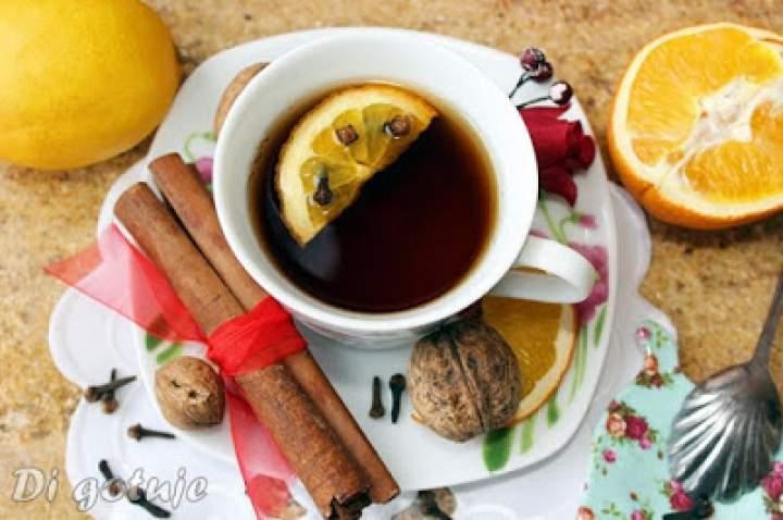 Rozgrzewająca herbata z cynamonem, goździkami, pomarańczą i syropem waniliowym