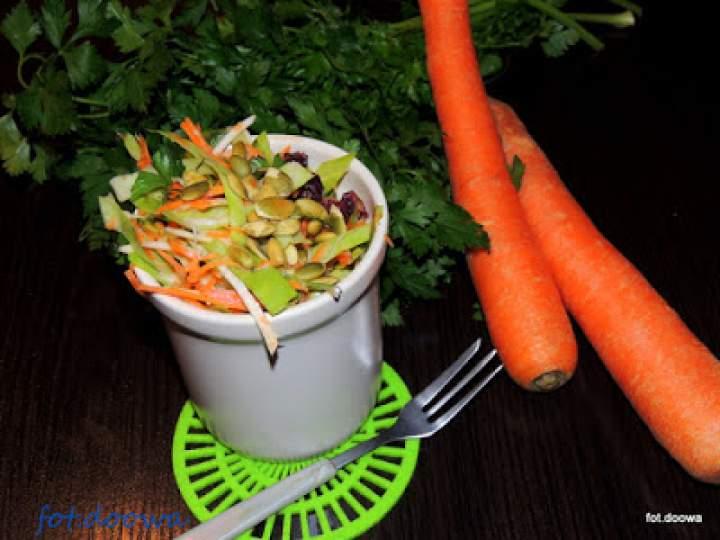 Surówka z białej kapusty, selera i marchewki