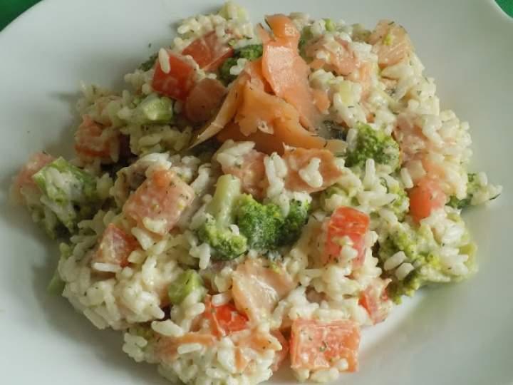 Sałatka z wędzonym łososiem i ryżem