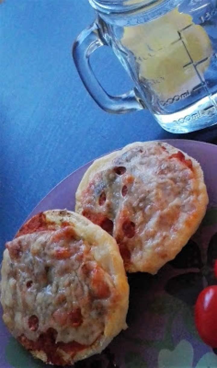 Zapiekane bułeczki z paprykarzem i serem