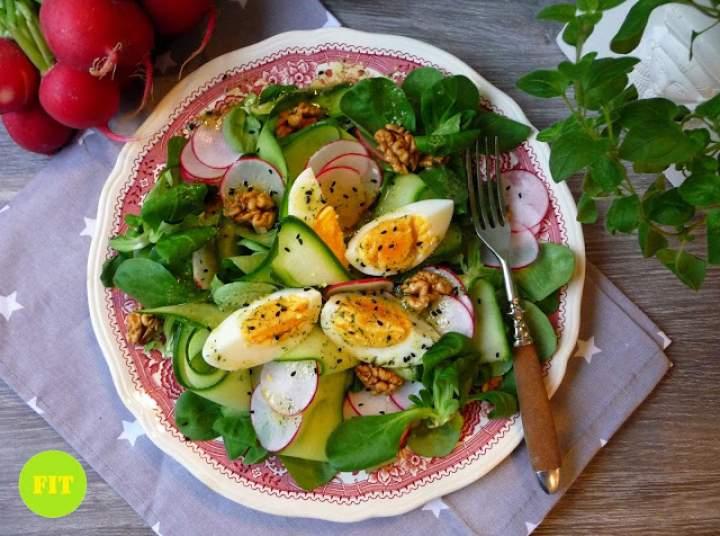 Lekka sałatka z jajkiem i roszponką