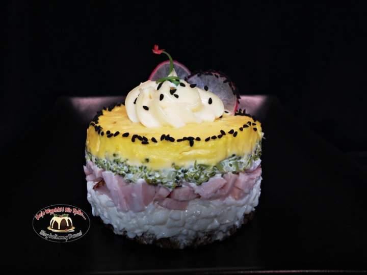 Sałatka warstwowa z brokułem, jajkiem i szynką.