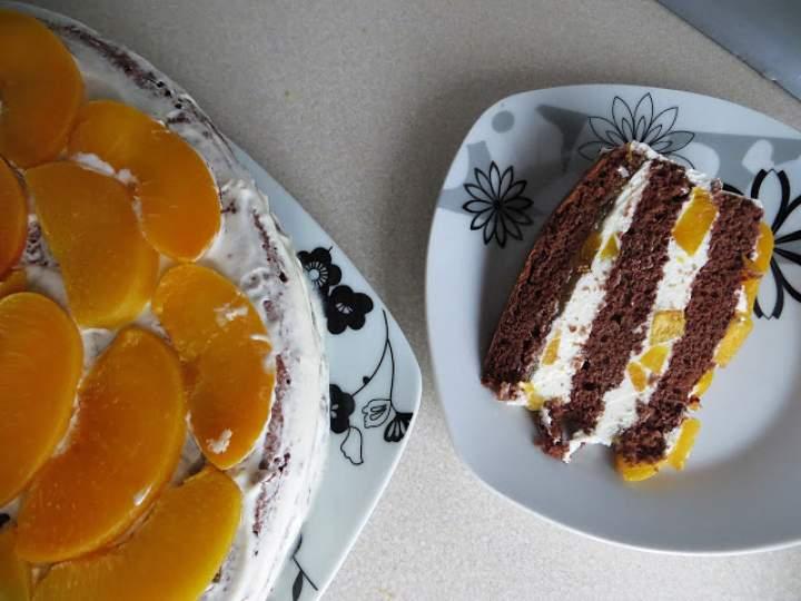 Tort śmietankowy z brzoskwiniami.