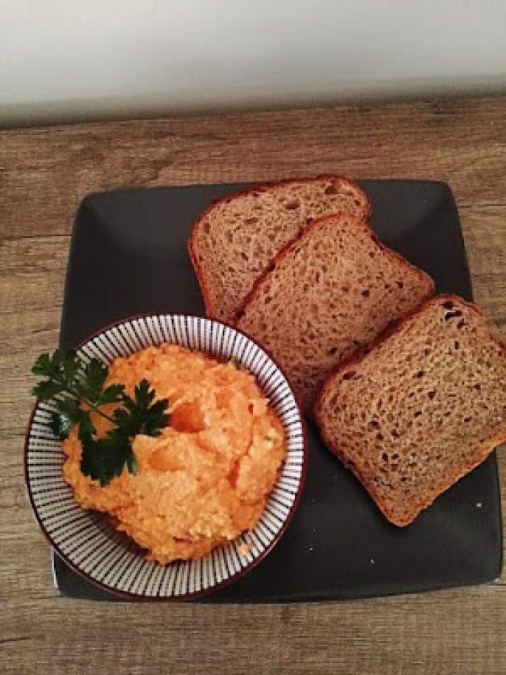 Pikantna pasta kanapkowa z pieczoną papryką