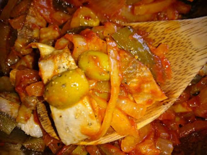 śledź z cebulą, oliwkami i ogórkiem kiszonym