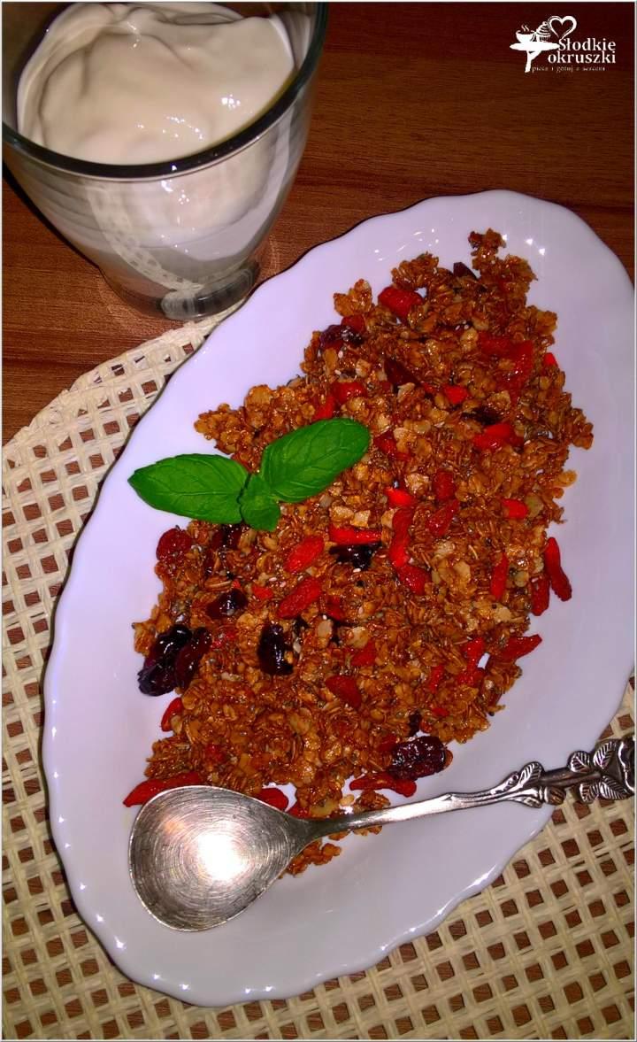 Domowa granola z melasą i jagodami Goji