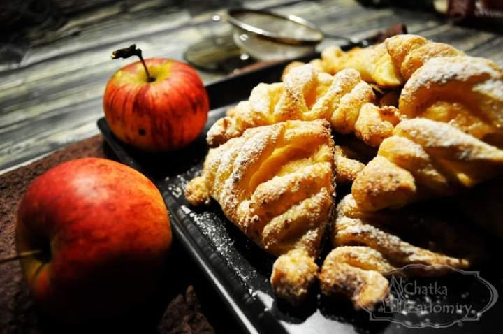Serowe rogaliki nadziewane prażonymi jabłkami z cynamonem