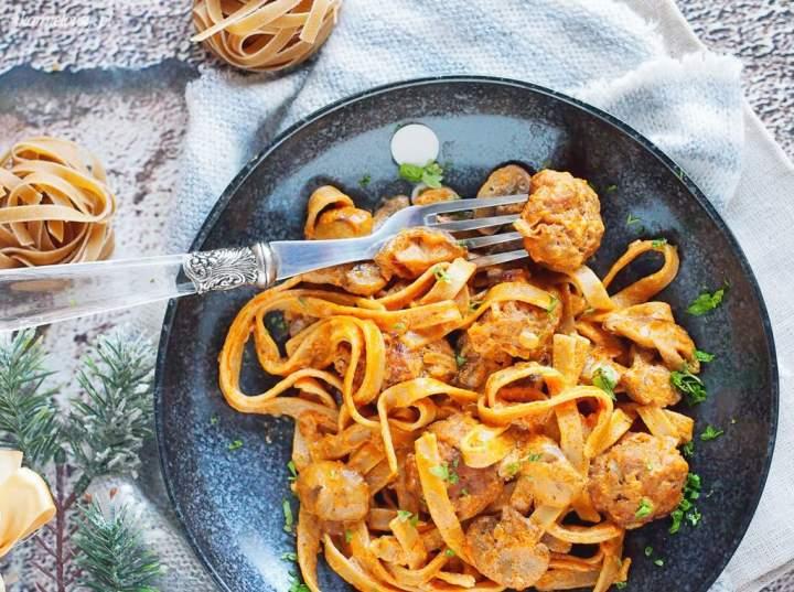 Strogonow z klopsikami i makaronem / Meatball pasta stroganoff