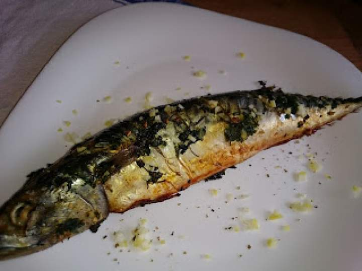 makrela pieczona z masłem czosnkowym