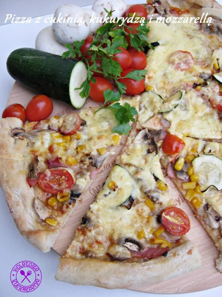 Pizza z cukinią, kukurydzą i mozzarellą