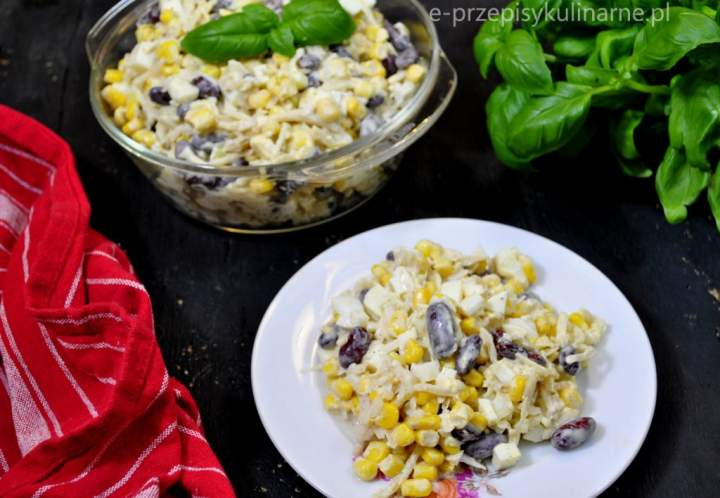 Szybka sałatka z selerem konserwowym i kukurydzą