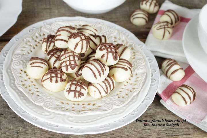 ciasteczkowe maślane kuleczki z orzeszkami w środku