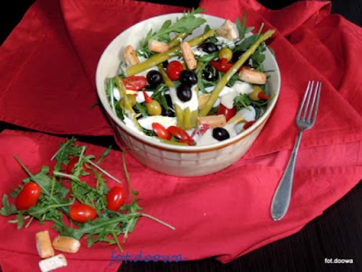 Sałatka ze szparagów, oliwek, rukoli po portugalsku