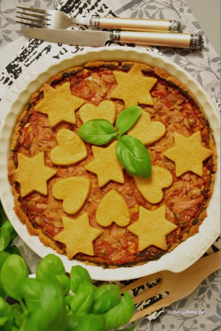 Tarta z tuńczykiem, kukurydzą i groszkiem w sosie pomidorowym