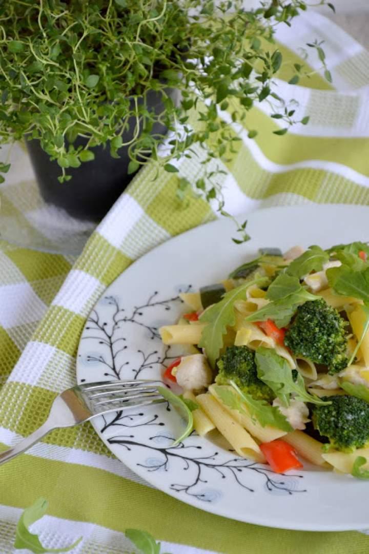 Penne z kurczakiem i warzywami w sosie kokosowym