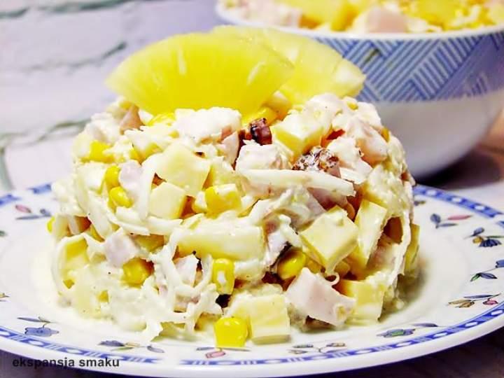 Świąteczna sałatka z ananasem i szynką