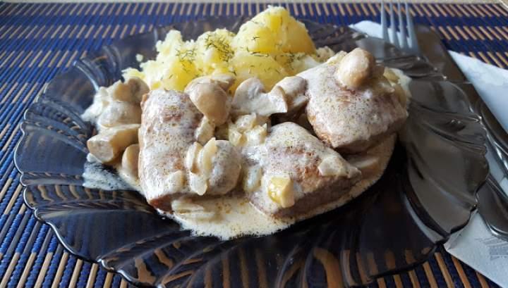 Polędwica wieprzowa z pieczarkami w sosie śmietanowym