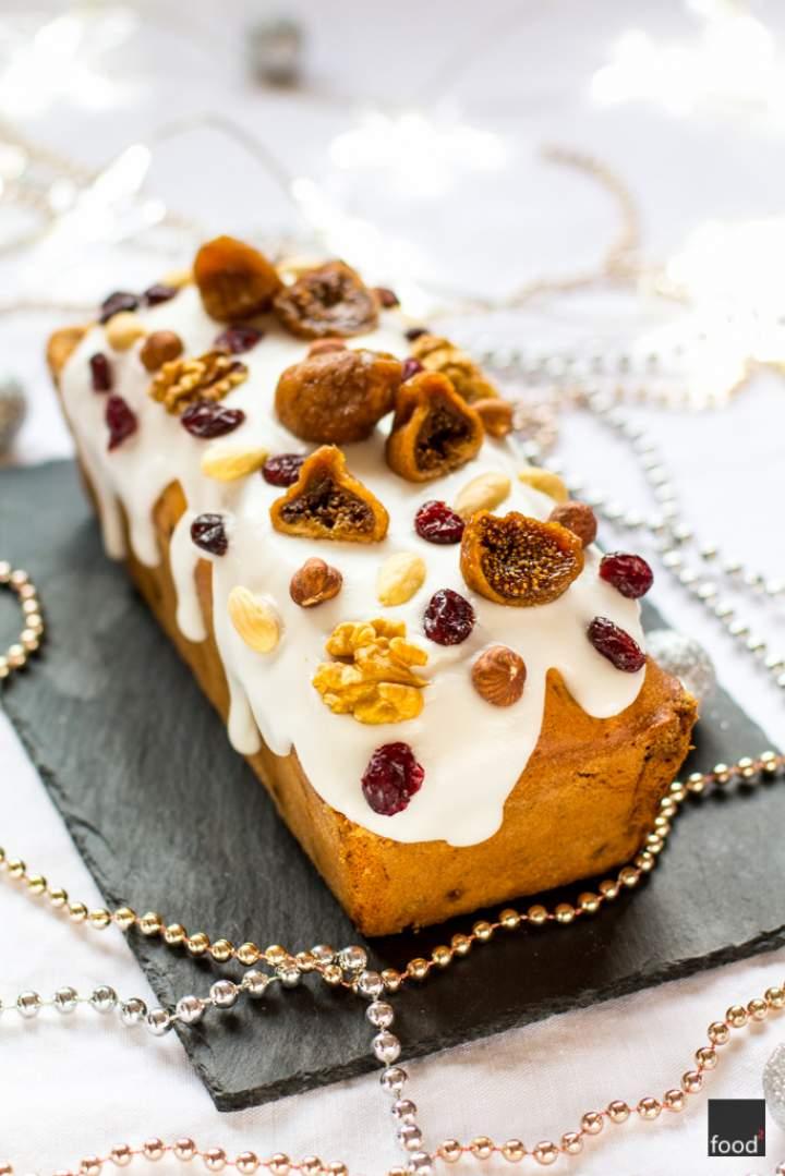 Bożonarodzeniowy keks z lukrem i bakaliami