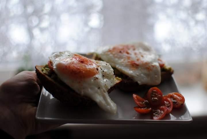 339# grzanki z pastą z awokado i jajkiem