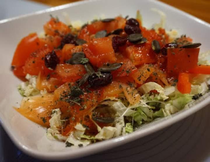 Sałatka z tuńczykiem i ajwarem