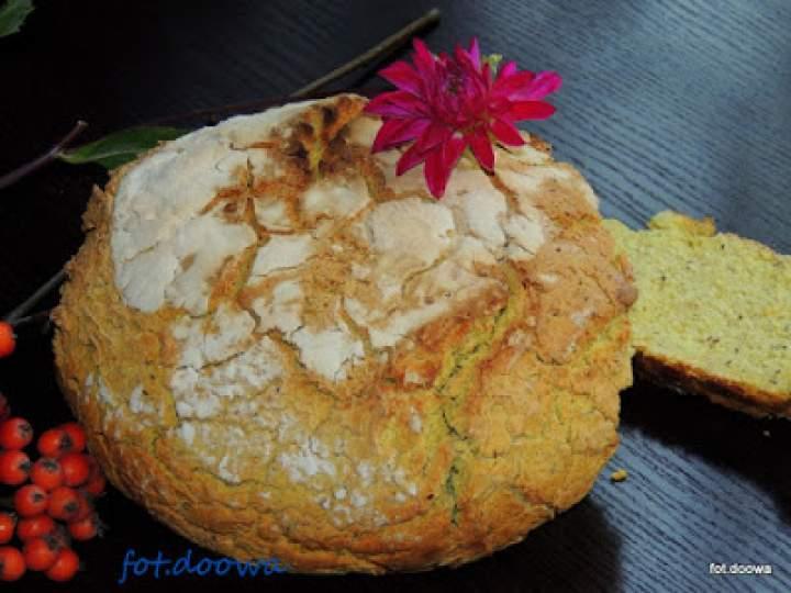 Owsiany chleb z kurkumą wypiekany w garnku żeliwnym