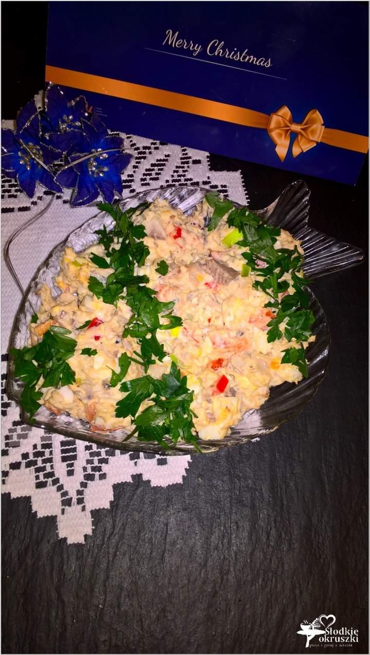 Świąteczna sałatka z filetami ze śledzia, jajkiem i papryką