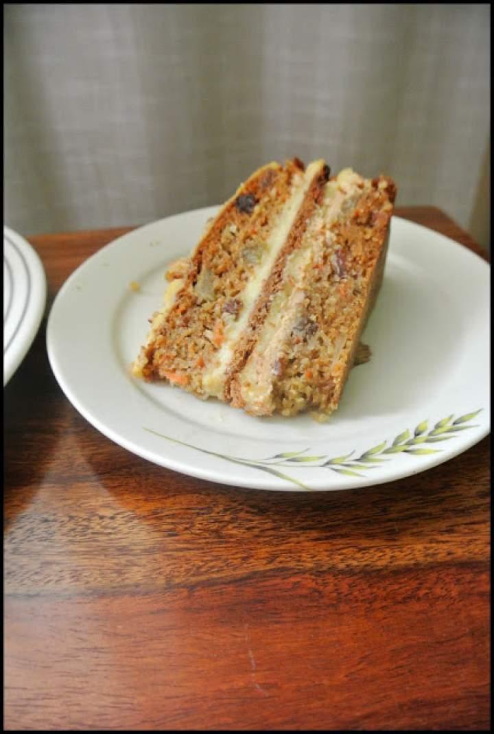 Tort marchewkowy z kajmakiem, kremem i bakaliami.