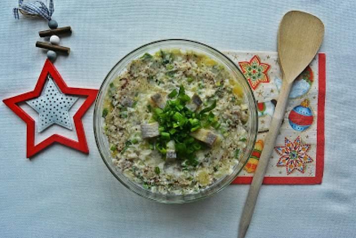 Świąteczna sałatka śledziowa z ziemniakami, cebulą i szczypiorem
