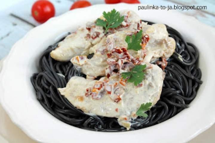 Polędwiczki drobiowe w białym sosie z suszonymi pomidorami