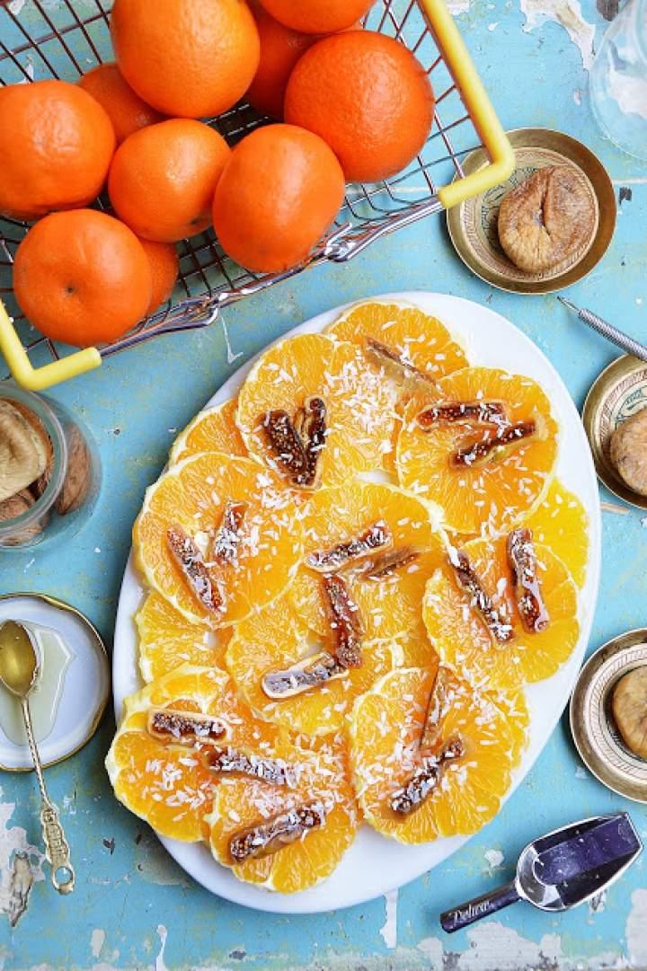Sałatka z pomarańczy z suszonymi figami i kokosem