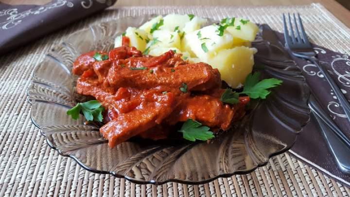 Kąski schabowe w sosie paprykowo-pomidorowym