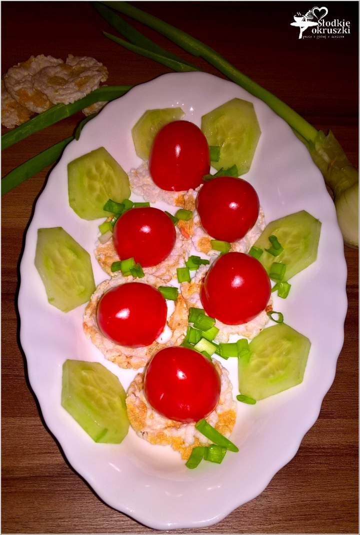 Nadziewane pomidorki na ryżowo-buraczanych wafelkach. Szybka przekąska.