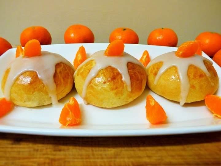 Drożdżowe bułeczki z dżemem truskawkowym o lekkim aromacie mandarynki