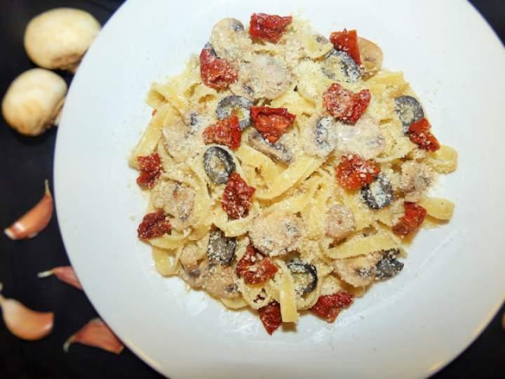 Tagliatelle z pieczarkami, oliwkami i suszonymi pomidorami