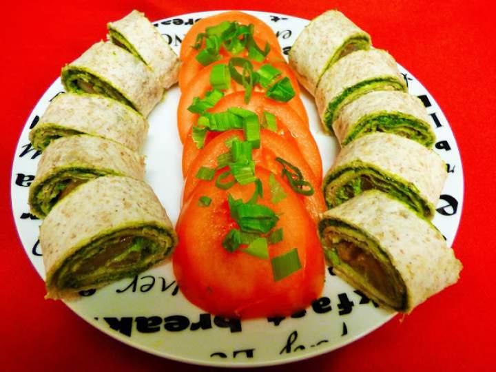 Roladki z pesto z jarmużu i słonecznika z pomidorem
