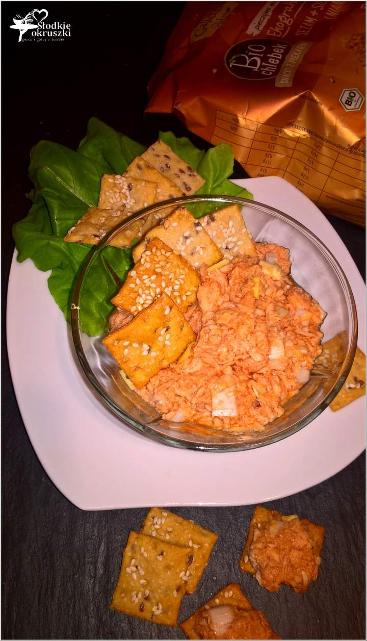 Chrupiący snack z pastą z łososia