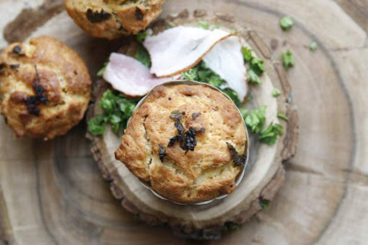 Muffiny z boczkiem i jarmużem