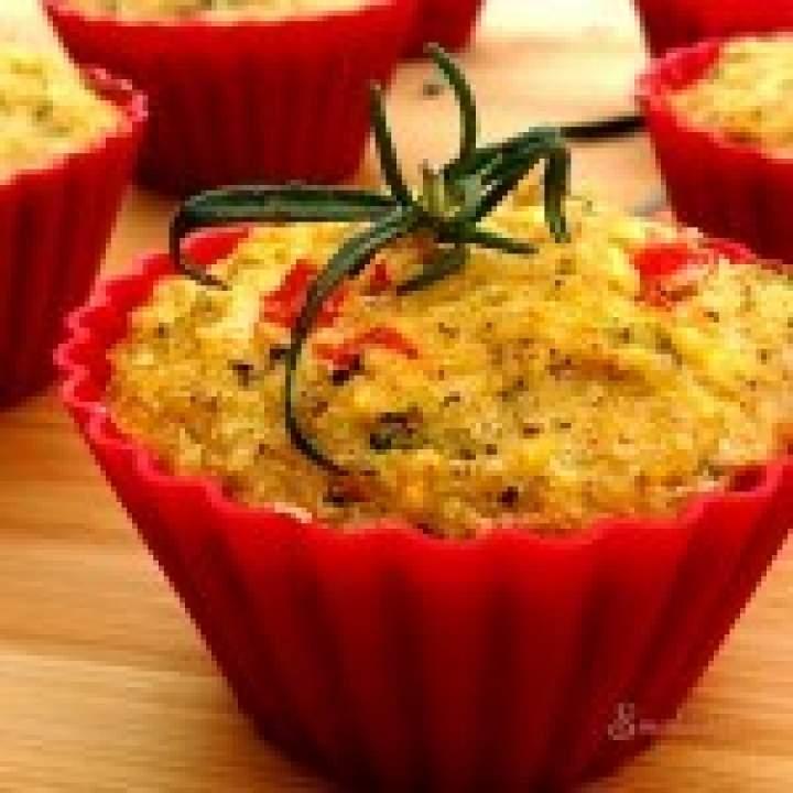 Jaglane muffiny z brokułem i papryką