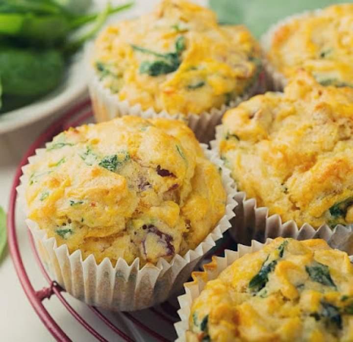 Śniadaniowe jajeczne babeczki z szynką i warzywami