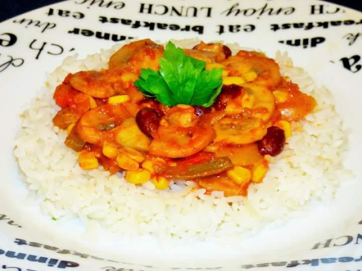 Ryż z pieczarkami i warzywami w sosie pomidorowym