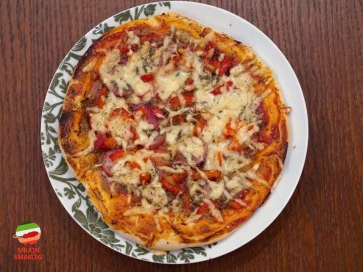 Puszysta pizza z kiełbasą