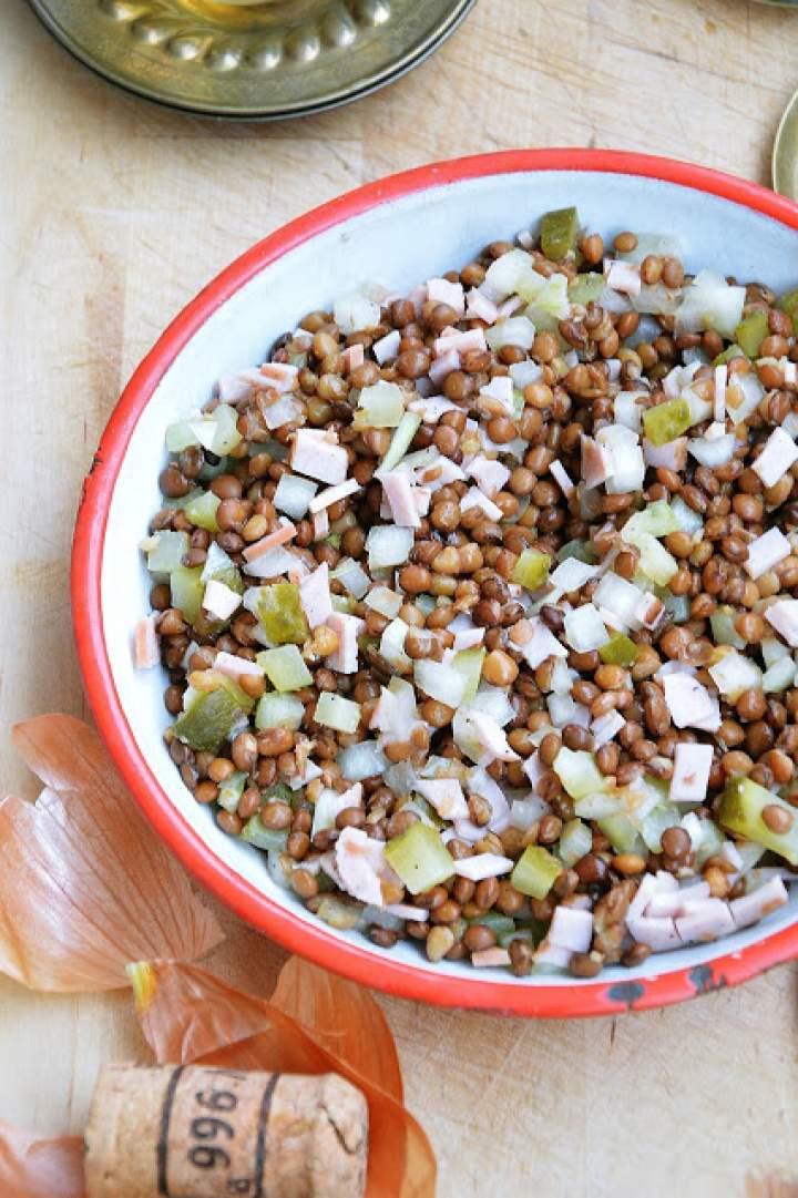 Sałatka z soczewicy z ogórkiem i cebulą