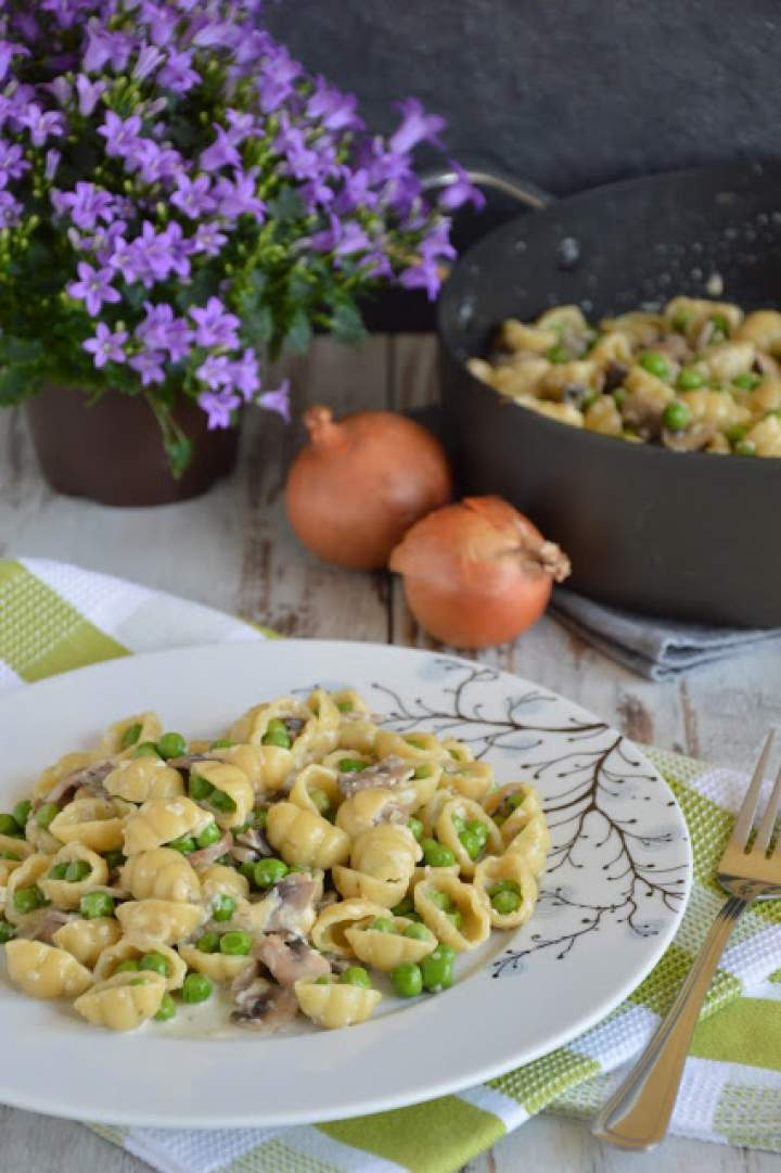 Makaron gnocchi z pieczarkami i groszkiem