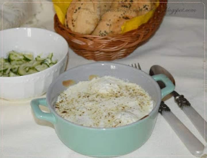 Jajka zapiekane z jarmużem i śmietaną