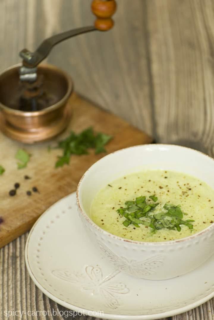 Zupa z czosnku, fasolki i cukinii