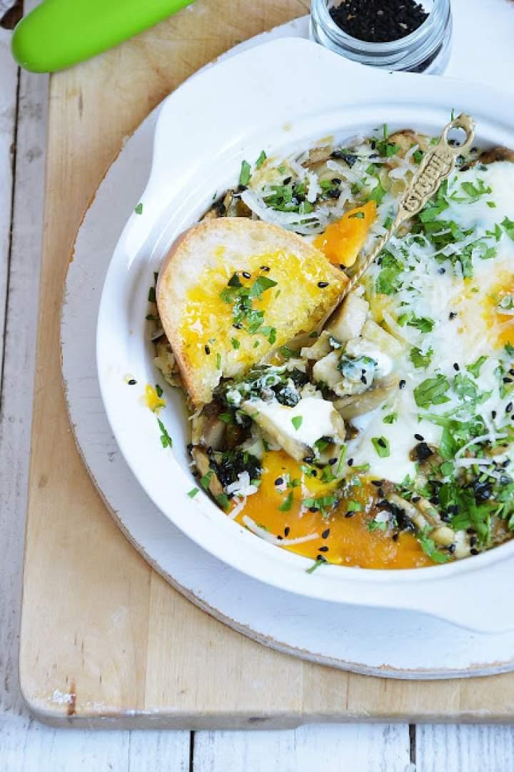 Jajka zapiekane z pieczarkami i szpinakiem