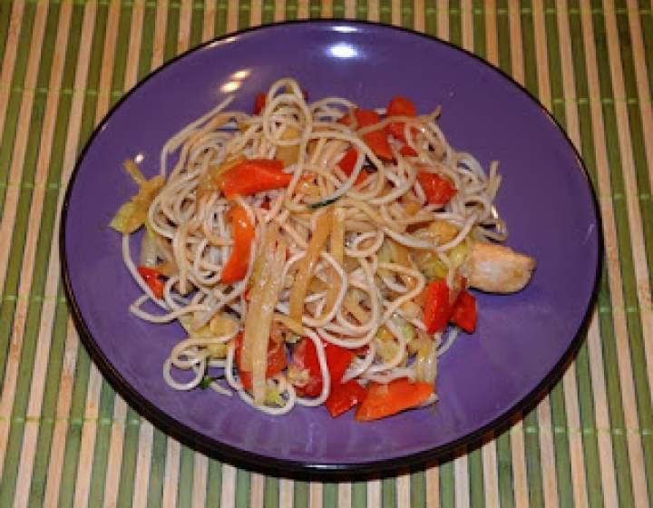 Prosty przepis na makaron chiński Chow Mein z kurczakiem i warzywami
