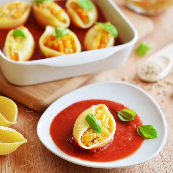 Muszle nadziewane kaszą jęczmienną i marchewką, z sosem pomidorowym
