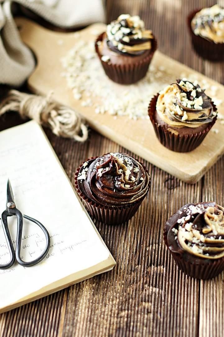 Babeczki brownies z masłem orzechowym i dwukolorowym kremem